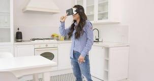 Fêmea em vidros de VR em casa video estoque