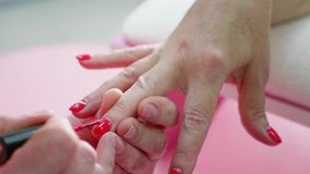A fêmea entrega a opinião do close-up do tratamento de mãos Mão envelhecida da senhora no procedimento do tratamento de mãos video estoque