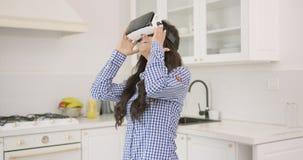 Fêmea entusiasmado em auriculares de VR video estoque