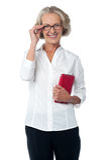 Fêmea envelhecida com tabuleta digital Fotografia de Stock