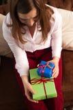 Fêmea feliz que guarda caixas atuais brilhantes Fotografia de Stock Royalty Free