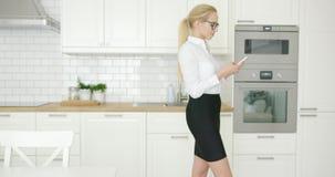 Fêmea formal bem sucedida com telefone video estoque