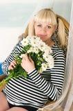 Fêmea grávida envelhecida média bonita fotografia de stock
