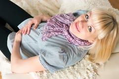 Fêmea grávida envelhecida média bonita foto de stock