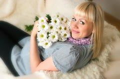 Fêmea grávida envelhecida média bonita foto de stock royalty free