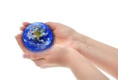 A fêmea juntada entrega o globo da terra arrendada imagem de stock royalty free