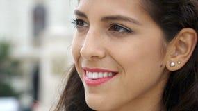 Fêmea latino-americano com uma cara feliz imagens de stock
