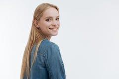 Fêmea loura deleitada positiva que olha para a frente Imagem de Stock