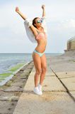 Fêmea loura nova que levanta a exposição dos braços perfeita Fotografia de Stock