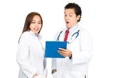A fêmea masculina exagerado medica Team Records H Imagens de Stock Royalty Free