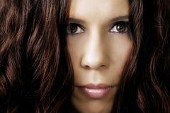 Fêmea misteriosa com volume enorme do cabelo Fotos de Stock Royalty Free