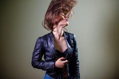 Fêmea moreno do sexi sensual no couro azul Imagem de Stock