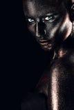 Fêmea na pintura preta com brilhos Fotos de Stock