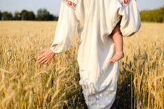 Fêmea na roupa étnica que guarda o passeio da criança Fotos de Stock Royalty Free