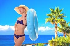 fêmea no biquini que guarda o anel da natação fotografia de stock