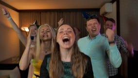 Fêmea no centro e seus amigos que felicitam o com seu aniversário video estoque