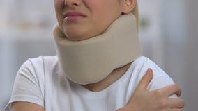 Fêmea no colar cervical da espuma que sofre da dor forte do ombro, traumatismo video estoque