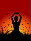 Fêmea no pose da ioga de encontro ao céu do por do sol ilustração royalty free