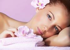 Fêmea no salão de beleza dos termas Fotografia de Stock
