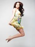 Fêmea no salto do vestido do chiffon Fotografia de Stock