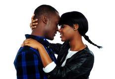 Fêmea nova aproximadamente para beijar seu noivo fotografia de stock