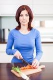 Alimento de preparação fêmea atrativo fotografia de stock royalty free