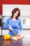 Alimento de preparação fêmea atrativo fotos de stock royalty free