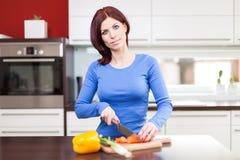 Alimento de preparação fêmea atrativo fotos de stock