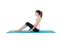 Fêmea nova bonita que exercita em um azul matt Foto de Stock Royalty Free
