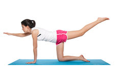 Fêmea nova bonita que exercita em um azul matt Imagem de Stock Royalty Free