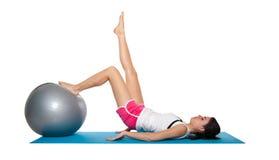 Fêmea nova bonita que exercita em um azul matt Fotos de Stock Royalty Free