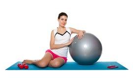 Fêmea nova bonita que exercita em um azul matt Fotografia de Stock