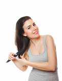 Fêmea nova bonita que penteia seu cabelo Imagem de Stock