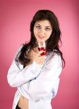 Fêmea nova bonito com vidro do vermelho fotografia de stock royalty free
