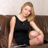 Fêmea nova bonito que senta-se sobre fotografia de stock royalty free