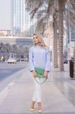 A fêmea nova com cabelo encaracolado louro e na moda elegantes compõem Imagens de Stock Royalty Free