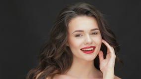Fêmea nova com um sorriso encantador vídeos de arquivo