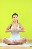 Fêmea nova da ioga que faz o exericise yogatic Fotografia de Stock