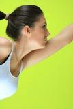 Fêmea nova da ioga que faz o exericise yogatic imagem de stock