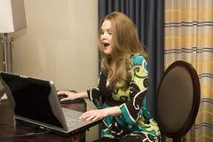 Fêmea nova no computador portátil Foto de Stock Royalty Free