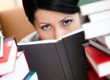 A fêmea nova olha para fora sobre o livro Imagem de Stock