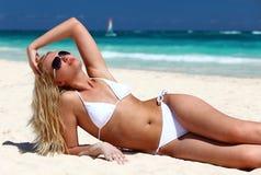 Fêmea nova que aprecia o dia ensolarado Imagem de Stock Royalty Free