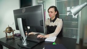 Fêmea nova que datilografa um e-mail em um teclado do PC filme