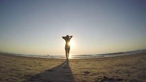 Fêmea nova que faz exercícios em uma praia filme