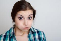 Fêmea nova que faz uma cara imagens de stock royalty free