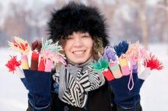 Fêmea nova que veste luvas coloridas feitas malha Fotografia de Stock Royalty Free