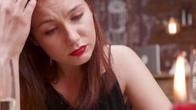 Fêmea nova triste com os rasgos em seus olhos que olham para a frente video estoque
