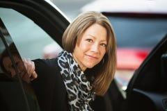 Fêmea otimista no carro Fotografia de Stock