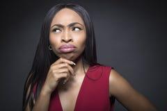 Fêmea preta que pensa expressões faciais imagens de stock royalty free