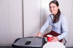 A fêmea profissional está removendo a tabuleta durante a ruptura de café fotos de stock